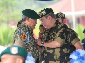 The Sultan of Johor conferring the GGK Golden Jubilee medal to Armed Forces chief Jen Tan Sri Zulkifeli Zin