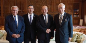 Le Drian shaking hands with Najib. PMO picture
