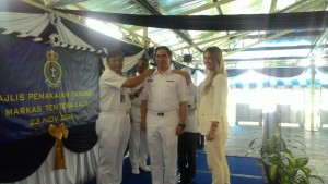 RMN chief Admiral Kamarulzaman putting on the honourary Commander rank on Datuk Seri Mahmud Bekir Taib Mahmud.