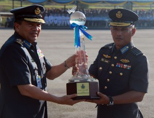 Jen Roslan presenting the Best Squadron trophy to CO of 10th Squadron Lt Kol Mohd Kahar Kassim