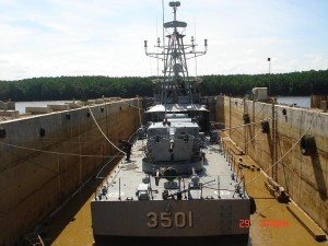 The 40mm gun at the stern of KD Perdana. The ship was undergoing routine maintenance at the Geliga Slipway Shipyard in Terengganu in 2015. Geliga picture