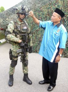 A retired soldier posed with a 12th RMR soldier who is part of the FSS Experimental Platoon. 12th RMR have been conducting user trials with the FSS since 2012.
